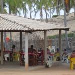 Chaises en plastique et farniente au Brésil