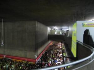 File devant le metro